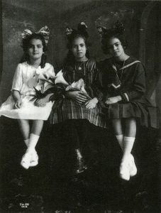 frida-derecha-a-los-12-anos-con-su-hermana-cristina-izquierda-y-su-mejor-amiga-isabel-campos-centro-1919