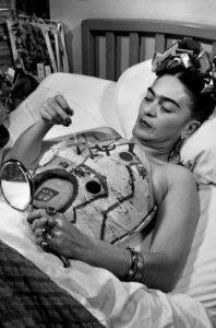 la-vida-de-frida-kahlo-en-100-fotos-cama