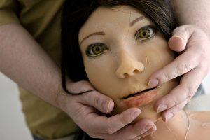 Dirk hŠlt Jennys Gesicht in seinen HŠnden. Die Puppe ist vier Jahre alt, ihre Silikonhaut blŠttert inzwischen ab.